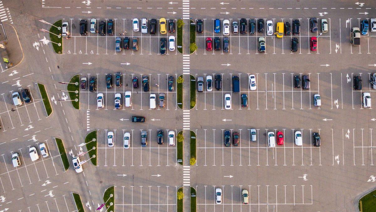 Podstawowe wskazówki dotyczące parkowania na lotnisku.