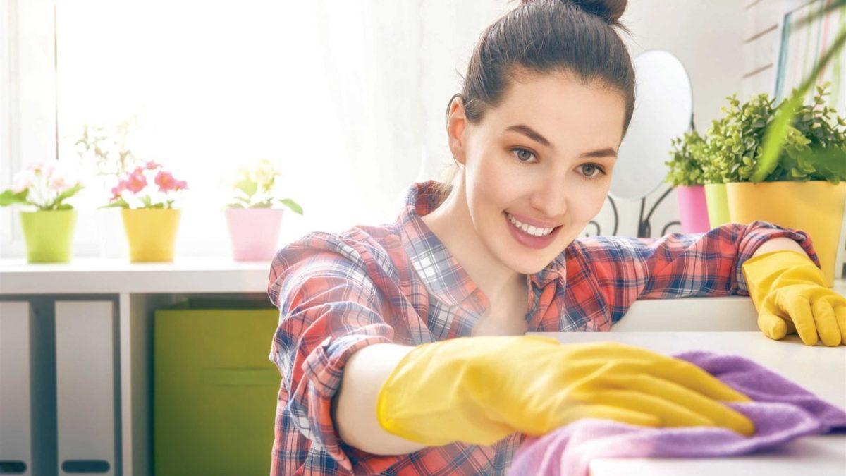 Meble –  aranżujące sztuczki ułatwiające sprzątanie domu.