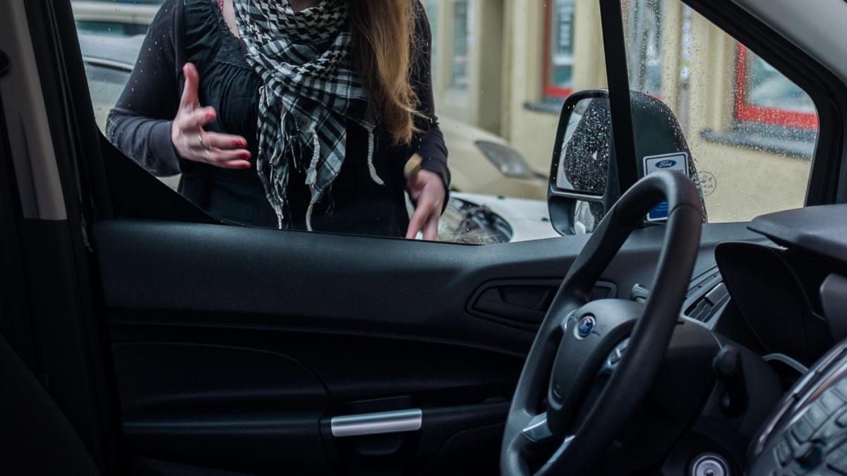 Jak otworzyć zatrzaśnięte auto?